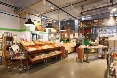 De nieuwe elementen van Houtwerk zijn gecombineerd met ouderwetse werkbanken en aardappelkistjes.