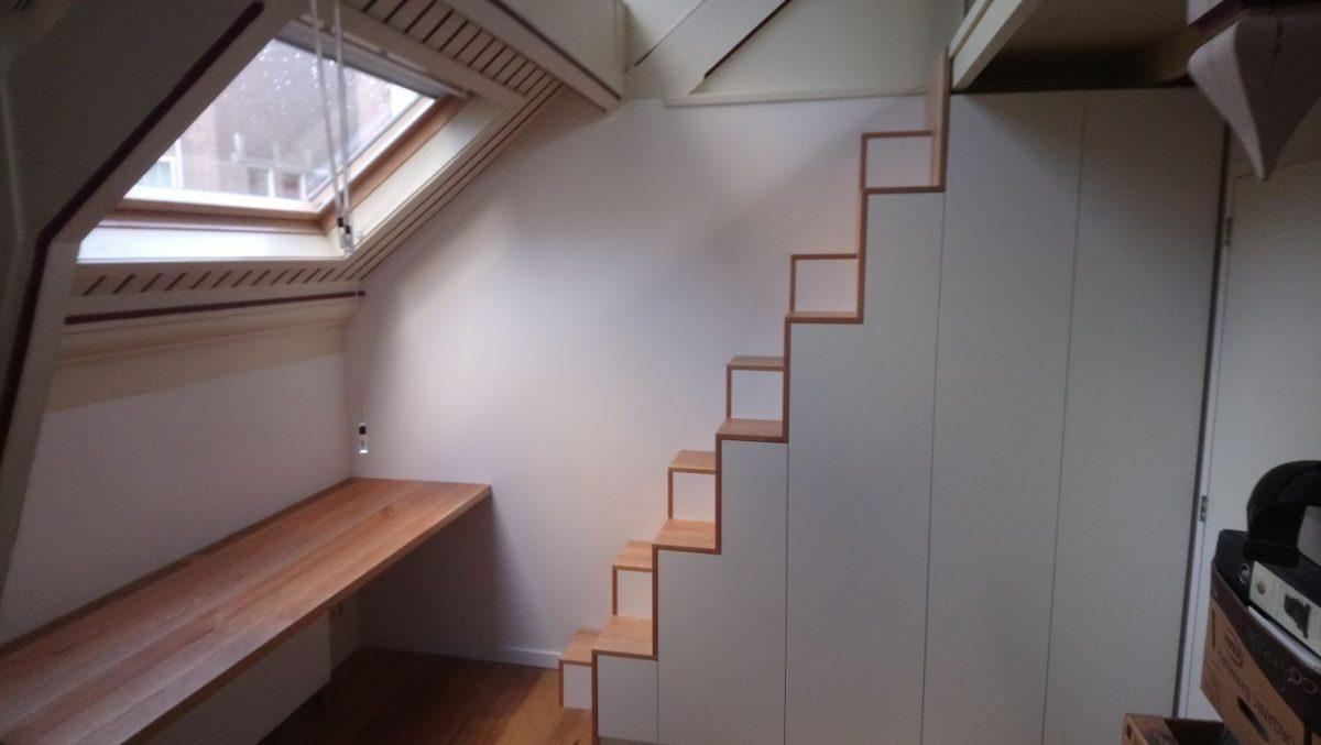 Steile trap met halve treden