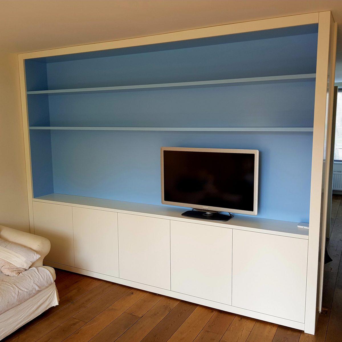 Witte kast met blauw binnenwerk.
