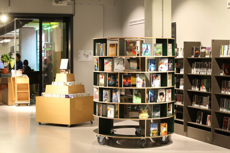 Deze ronde verrijdbare boekenkast heeft een opening aan de achterzijde, zodat het prachtig past rondom een zuil.