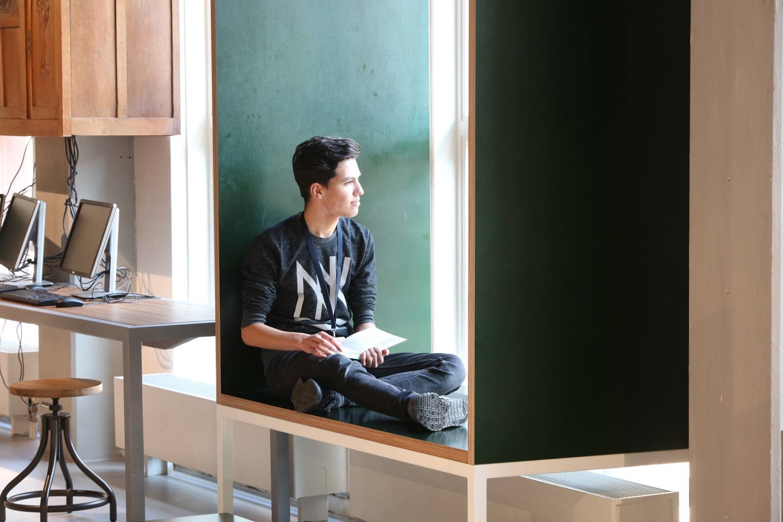In het raam is een brede vensterbank gemaakt waar je heerlijk in het zon kunt lezen.