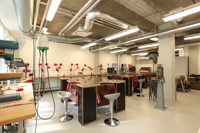 Voor de cursus edelsmeden zijn deze tafelbladen voorzien van een ruimte voor een doek waar het waardevolle vijlsel in kan worden opgevangen.