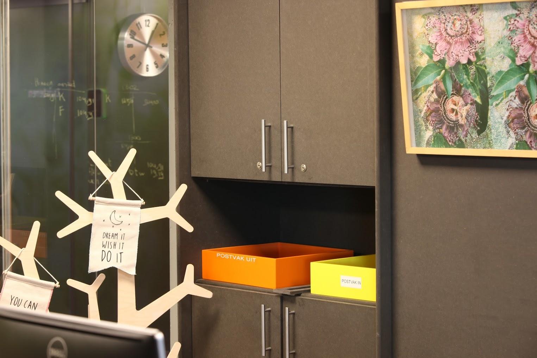 Minder in beeld voor de bezoekers is het kantoormeubilair van door-en-door gekleurd mdf.